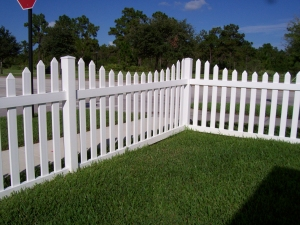 white_vinyl_picket_fence